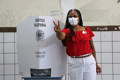 Olívia Santana vota na Federação acompanhada do vice-governador João Leão
