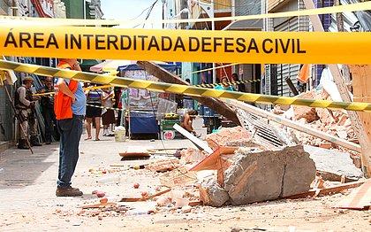 Rua onde desabamento aconteceu foi isolada mais cedo pela Codesal