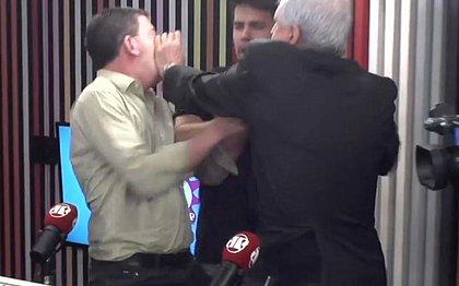 Jornalista Augusto Nunes agride Glenn Greenwald no Pânico; vídeo