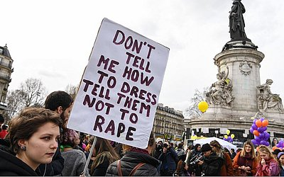 """""""Não me diga como vestir, diga não ao estupro"""" Cartaz na manifestação em Paris."""