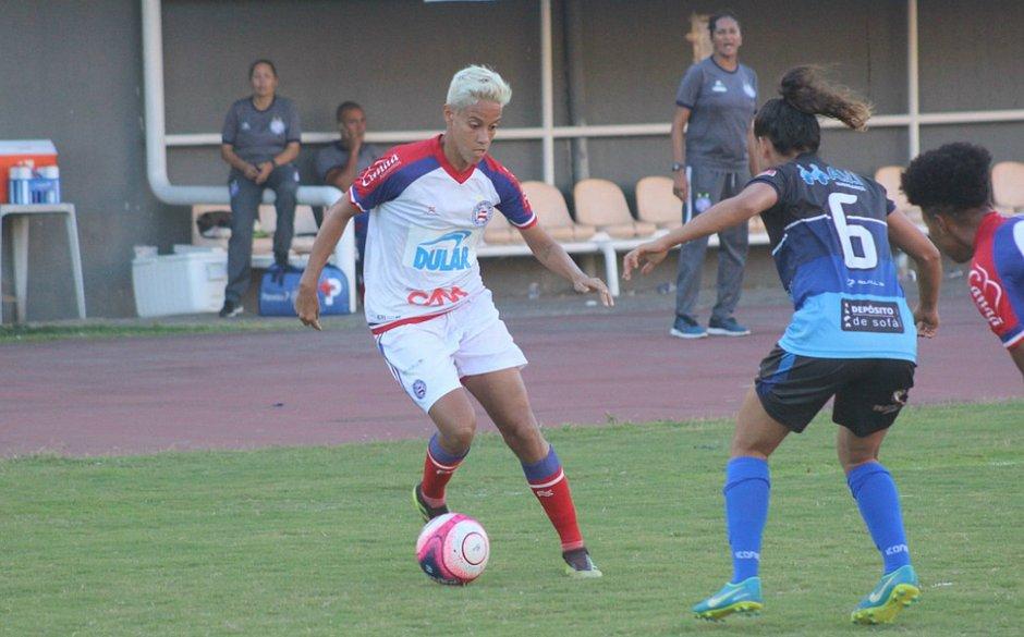 Gadú, com a bola, marcou dois gols no triunfo do Bahia sobre o Olímpia