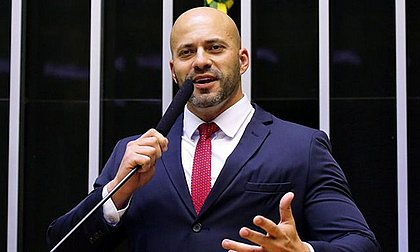 Ministro manda Daniel Silveira pagar R$ 100 mil por violações em tornozeleira