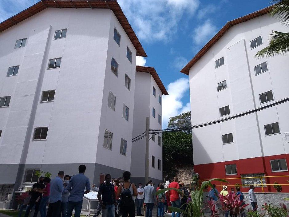 Moradores carentes recebem apartamentos novos no Costa Azul