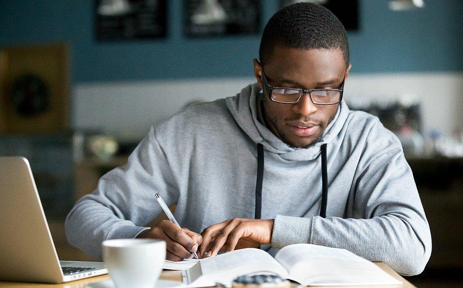 Jovens que ainda não terminaram o ensino médio podem concluir formação e aprender uma nova profissão gratuitamente