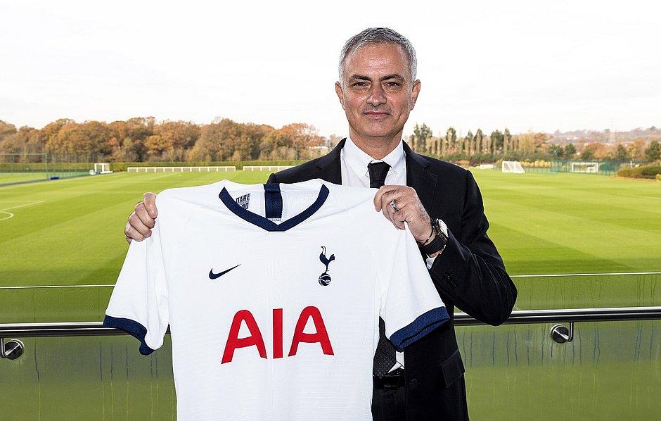 José Mourinho posa com camisa do seu novo clube