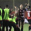 Loss comemora gol de Anselmo Ramon com os jogadores