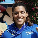 Ana Marcela sorri com medalha de ouro nos 5km