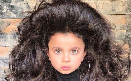 Menina de cinco anos bomba no Instagram com cabelo volumoso