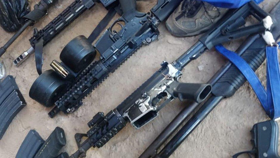 Um fuzil foi apreendido com os dois bandidos mortos; na quarta outros quatro foram encontrados com os bandidos