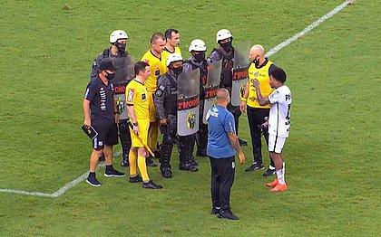 Marinho foi tirar satisfação com o árbitro Leandro Pedro Vuaden após o apito final