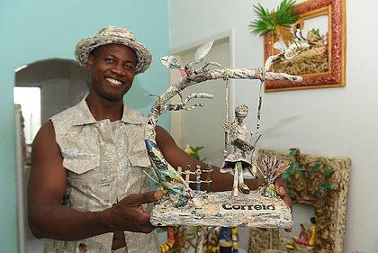 O artista plástico Samuel Cruz encontrou, nas páginas do jornal, uma terapia e um dom