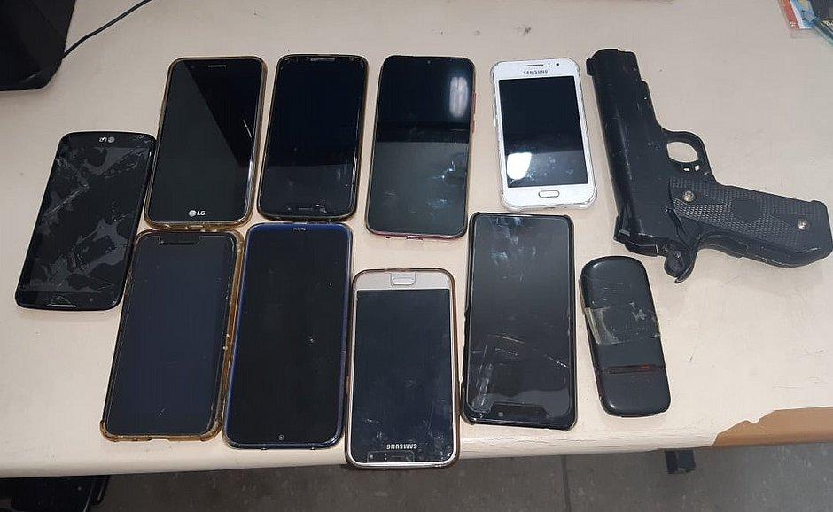 Homem é preso com dez celulares após assaltar ônibus na Av ACM