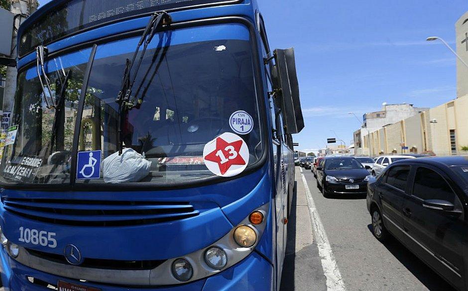 Resultado de imagem para Ônibus fazendo propaganda do PT em Salvador/Bahia