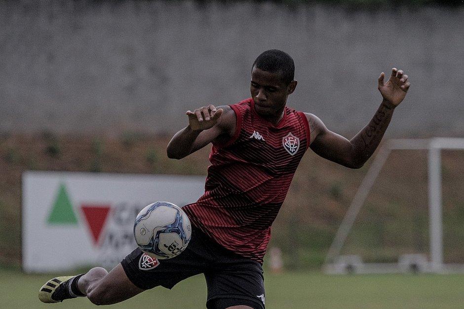 Após cumprir suspensão, Éverton Sena está de volta ao time titular