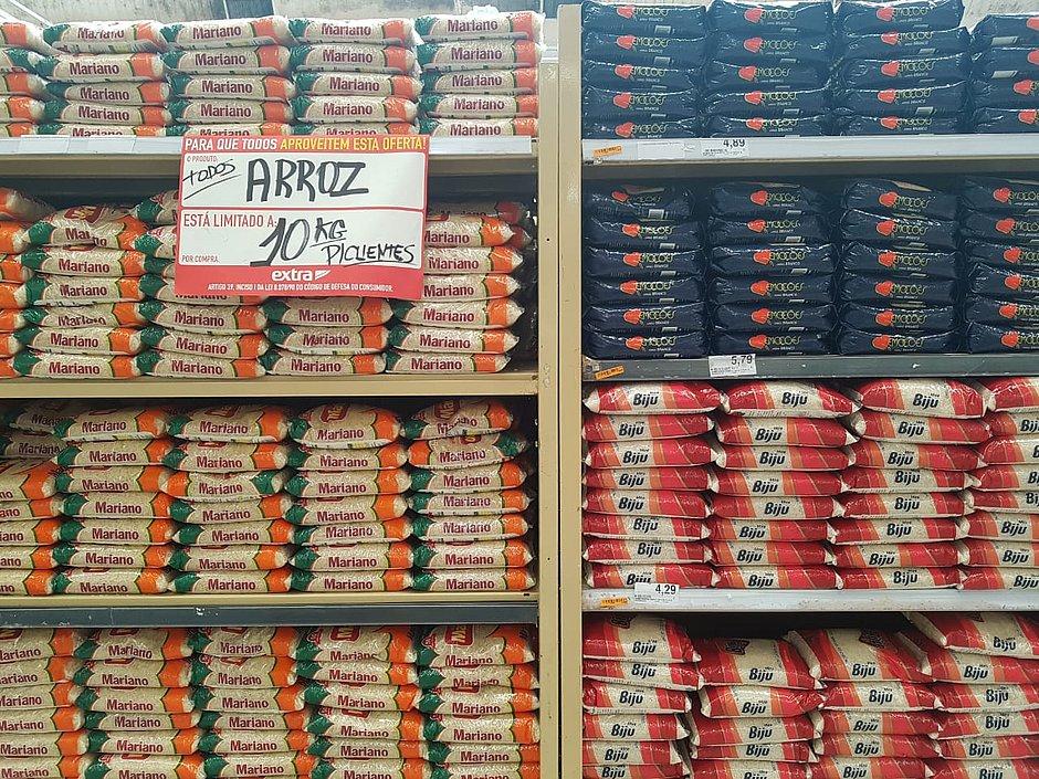 Feira complicada: mercados limitam compra de arroz, óleo e leite por cliente