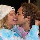 Luisa Sonza e Vitão assumem namoro com beijo e mão no bumbum
