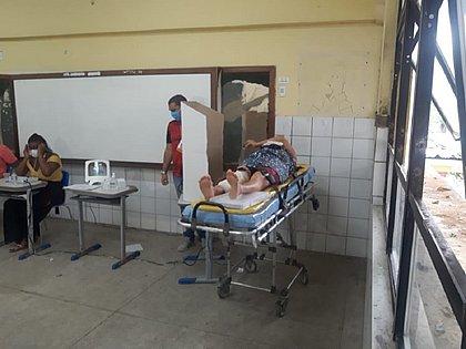 Pernambués: Idosa com muleta vota deitada em maca após sofrer queda