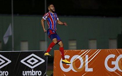 Patrick em comemoração pelo primeiro gol com a camisa do Bahia