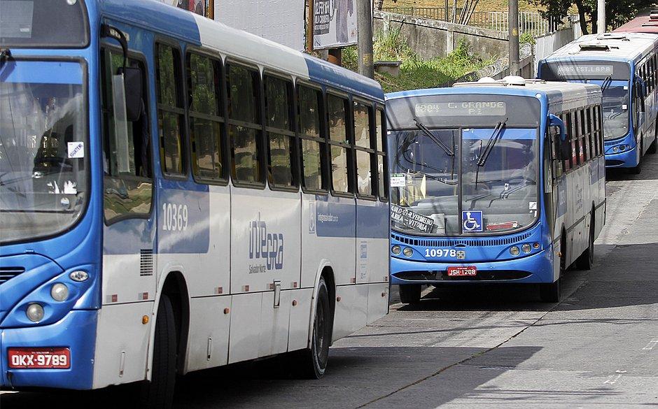 Ônibus da Salvador Norte são plotados em azul e branco e rodam no Centro e Orla Atlântica