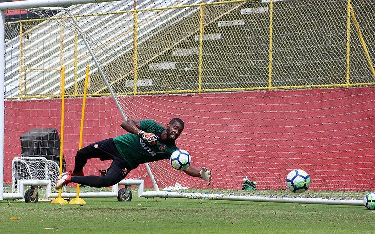 De 3º goleiro a titular, João Gabriel quer corresponder ao Vitória