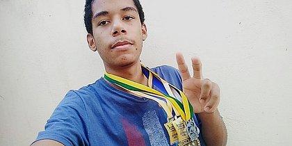 Guilherme ostenta algumas de suas medalhas