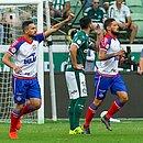 Gilberto e Arthur Caíke comemoram gol marcado pelo centroavante