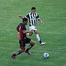 Lateral Van, do Vitória, em disputa com jogador do Ceará na Copa do Nordeste 2020