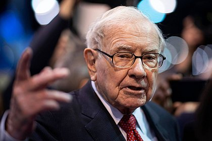 Aos 90 anos, Warren Buffett se torna 6ª pessoa a ter mais de US$ 100 bi acumulados