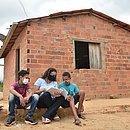 Professora Érica Garcia ensina aos alunos Isac e Caio no povoado do Retiro, zona rural do município de Wagner