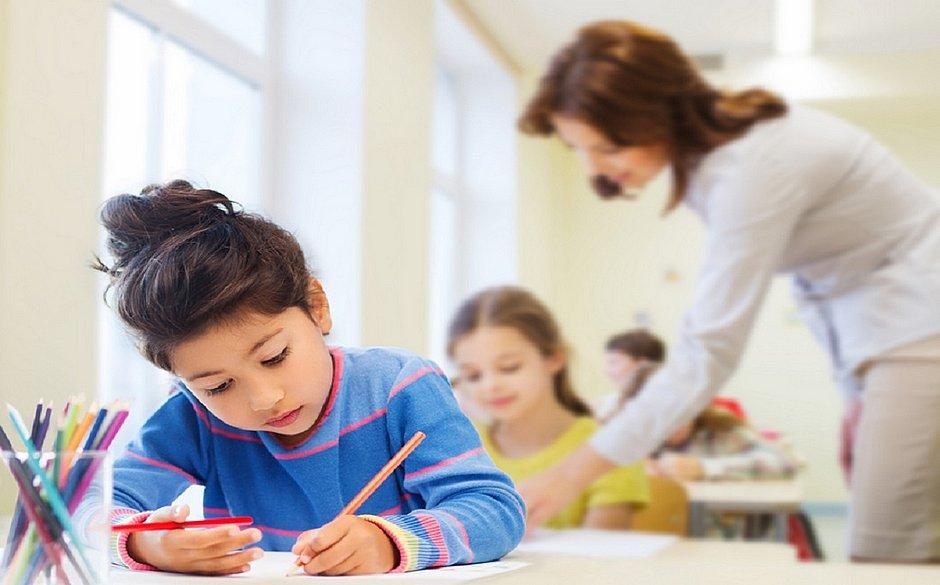 A educação em tempo integral obedece o currículo regular e traz ainda outros elementos