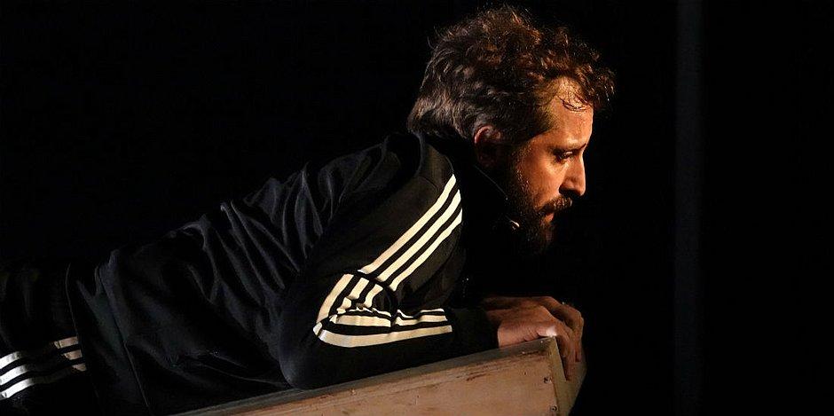 Duvivier interpreta sozinho 60 personagens em diferentes esquetes durante o espetáculo Sísifo