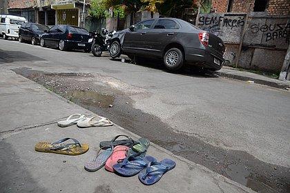 Sandálias ficaram espalhadas pela Travessa Oito de Dezembro, onde acontecia a festa