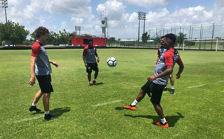 Vitória treina em Pernambuco já focado no Atlético-PR