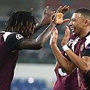 Autor dos dois gols do PSG, Kean comemora com Mbappé