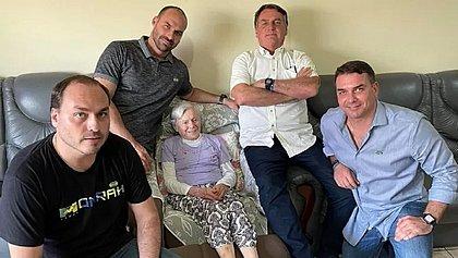Bolsonaro visita a mãe com os filhos: 'Não me reconhece mais'