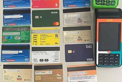 'Falso motoboy': dupla é presa após aplicar golpes com cartões de crédito