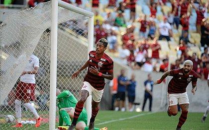 Autor de dois gols, Bruno Henrique comemora no Maracanã