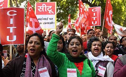 Membros da Central de Sindicatos Indianos (CITU) protestam contra o primeiro-ministro indiano Narendra Modi em Chennai. Os sindicatos afirmam que a manifestação conseguiu a adesão de 200 milhões de trabalhadores.