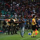 Roger Machado à beira do campo, durante a partida contra o Fortaleza