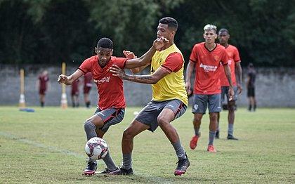 Pedrinho (esquerda) disputa bola durante treino na Toca do Leão