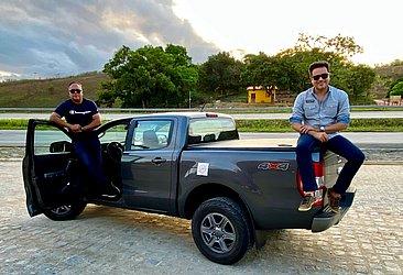 Jorge Moraes, da CBN, e Antônio Meira Jr., do CORREIO, na margem da BR 101 em Pernambuco