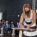 Sheila Lemos assina diploma de posse