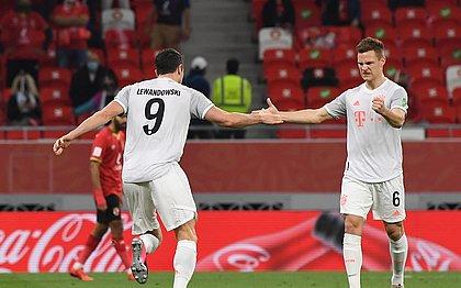 Lewandowski comemora com Kimmich durante a vitória do Bayern
