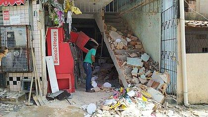 Mercadinho é destruído após explosão de caixas eletrônicos em Mussurunga