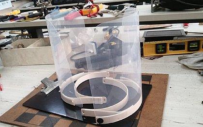 O protetor facial desenvolvido pelo grupo de pesquisa da UFRB, feito com PVC