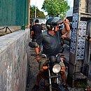 Na mão direita, motociclista levava arma, que usou para intimidar manifestantes