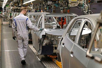Sem chips, indústria automobilística adia recuperação