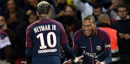 Neymar comemora com o companheiro Mbappé