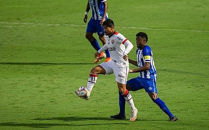 Léo Ceará marcou aos 45 minutos do 2º tempo, no estádio Ressacada
