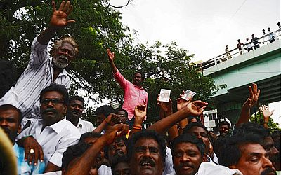 Partidários do ex-presidente M. Karunanidhi lamentam sua morte em frente ao hospital onde ele faleceu.